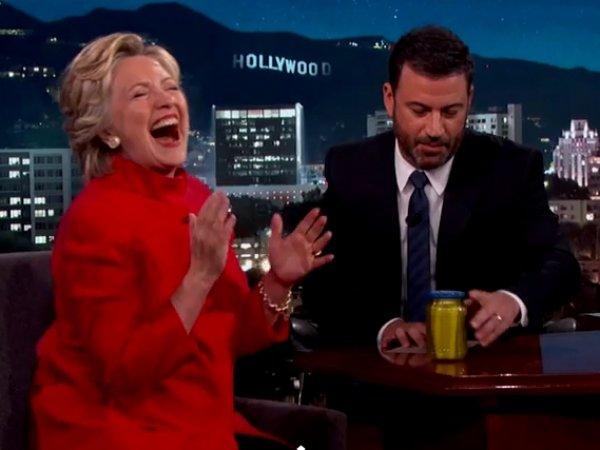Хиллари Клинтон опровергла слухи о плохом состоянии здоровья с помощью банки огурцов (ВИДЕО)