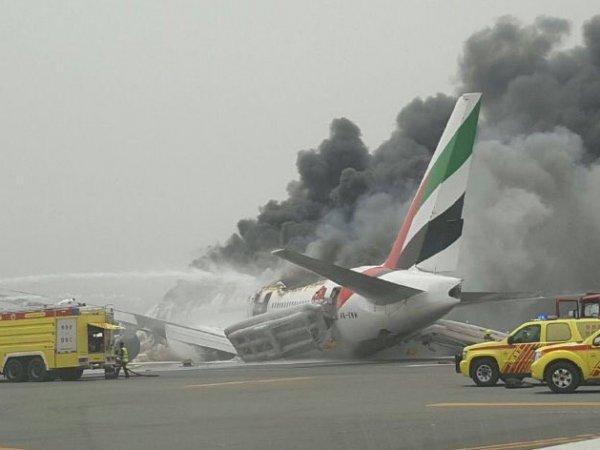 Пассажирский самолет загорелся в аэропорту Дубая: опубликовано ФОТО и ВИДЕО