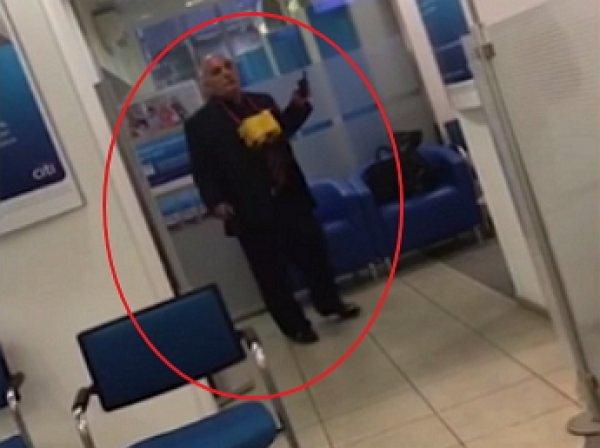 Мужчина с коробкой на шее пригрозил взорвать банк в центре Москвы