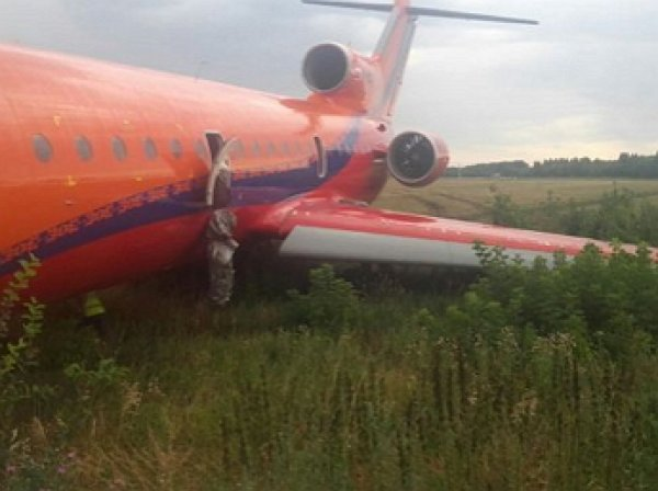 В Уфе самолет с пассажирами выкатился за пределы ВПП: в Сети опубликовано ВИДЕО эвакуации