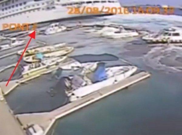 В Италии круизный лайнер случайном снес десятки яхт с их стоянок (ВИДЕО)