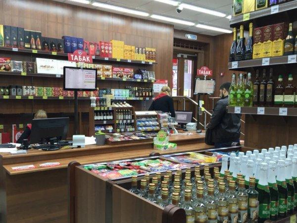Шокирующее ВИДЕО: в алкомаркете Челябинска покупатель зарезал продавщицу и сделал себе харакири
