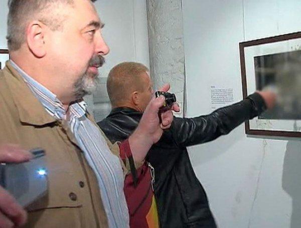 """Фотовыставка Стерджесса """"Без смущения"""": посетитель не стал смотреть фото голых девочек, облив их мочой (ВИДЕО)"""