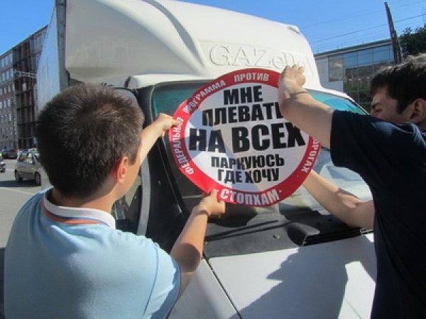 В Челябинске активисты «СтопХам» столкнули автомобиль с тротуара в обрыв (ФОТО)