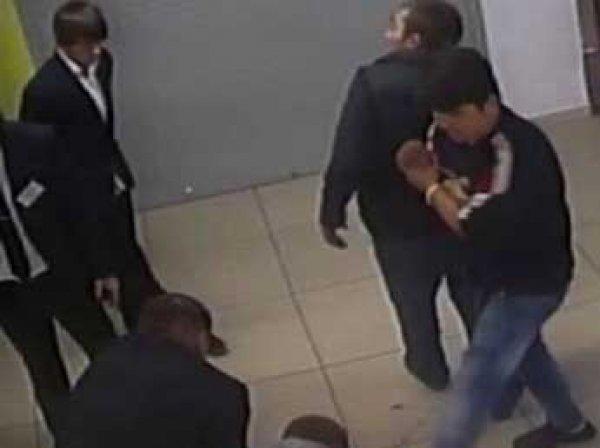 В Подмосковье грузчик до смерти забил укравшего водку мужчину (ВИДЕО)