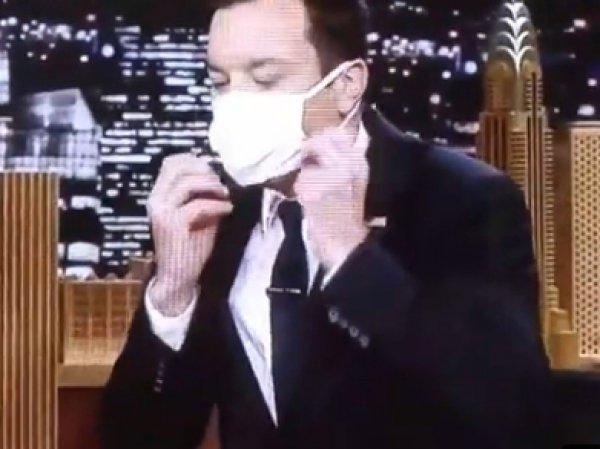 Телеведущий Джимми Фэллон надел медицинскую маску на интервью с Хиллари Клинтон (ВИДЕО)