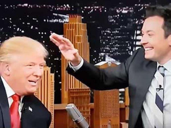 Трамп предоставил справку о здоровье и позволил потрепать свои волосы (ВИДЕО)