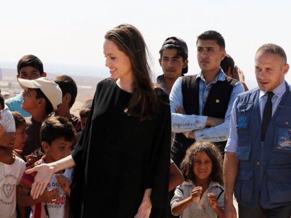 Скандал: Анджелина Джоли навестила детей-беженцев без нижнего белья (ФОТО)