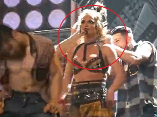 Youtube ВИДЕО дня: у Бритни Спирс на концерте лопнул бюстгальтер