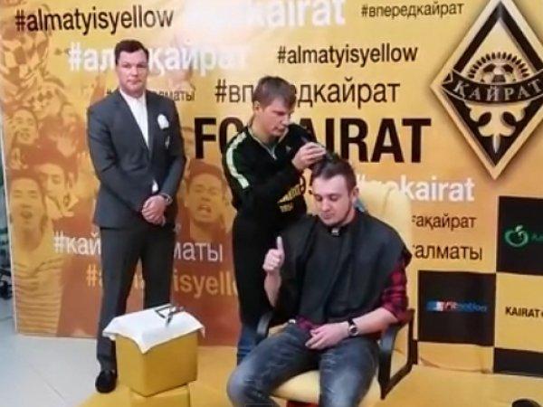 Андрей Аршавин побрил наголо казахстанского журналиста (ВИДЕО)