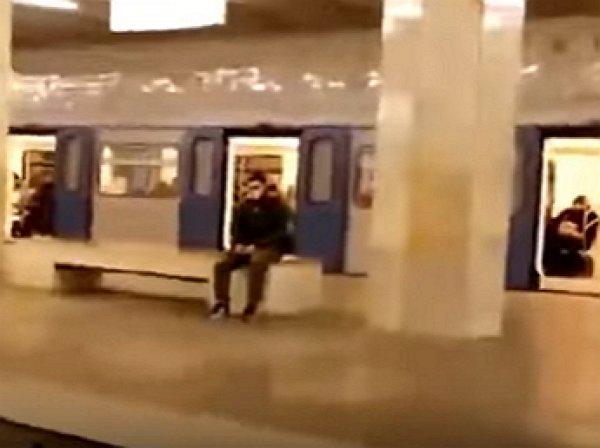 YouTube ВИДЕО: подросток-экстремал сделал сальто перед едущим поездом в московском метро