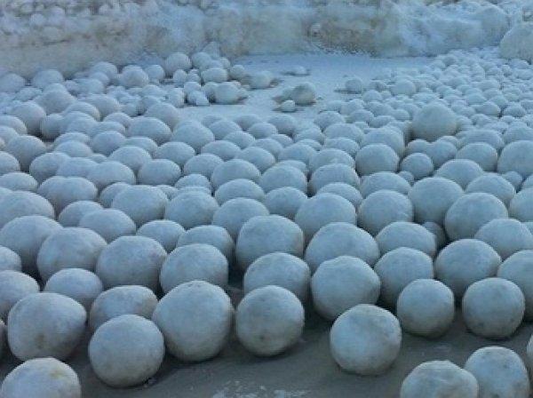 Ученые объяснили, откуда появились ледяные шары на Ямале (ФОТО)