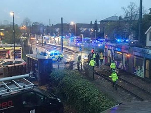 В Лондоне трамвай сошел с рельсов: 5 человек погибли (ФОТО)