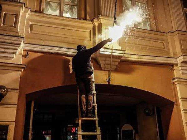 """Активисты """"Другой России"""" в центре Москвы сожгли украинский флаг (ВИДЕО)"""