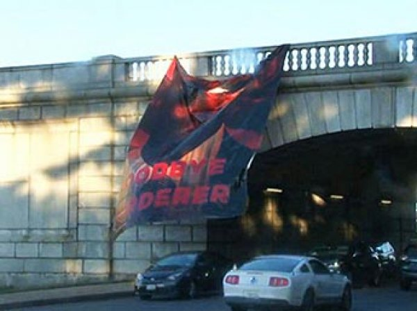 """""""Прощай, убийца"""": у здания Пентагона в Вашингтоне вывесили баннер с ФОТО Обамы"""