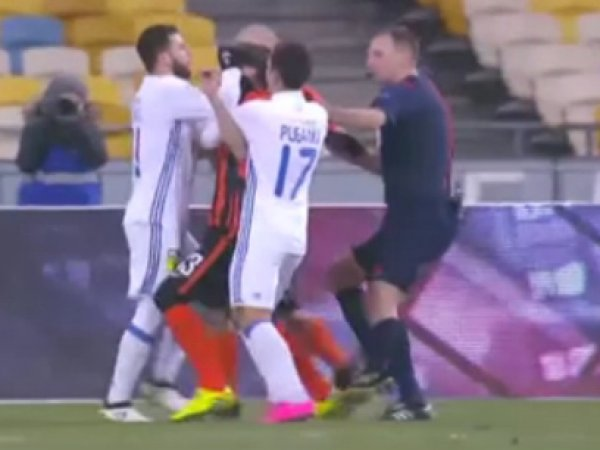 YouTube ВИДЕО драки украинских футболистов на матче чемпионата страны появилось в Сети