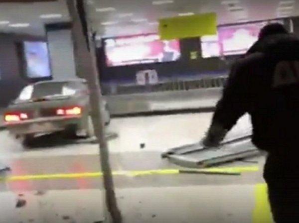 YouTube ВИДЕО: пьяный лихач протаранил терминал казанского аэропорта
