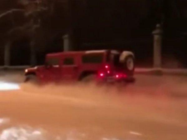 YouTube ВИДЕО: мажоры на Hummer проехались по тротуарам и газону у МГУ