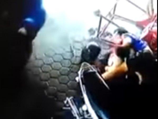 """YouTube ВИДЕО: """"отец-ниндзя"""" из Индонезии чудом спас двоих детей из-под машины (ВИДЕО)"""