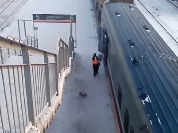 """YouTube возмущен ВИДЕО, как """"Почта России"""" выбрасывает посылки из движущегося поезда в Тюмени"""