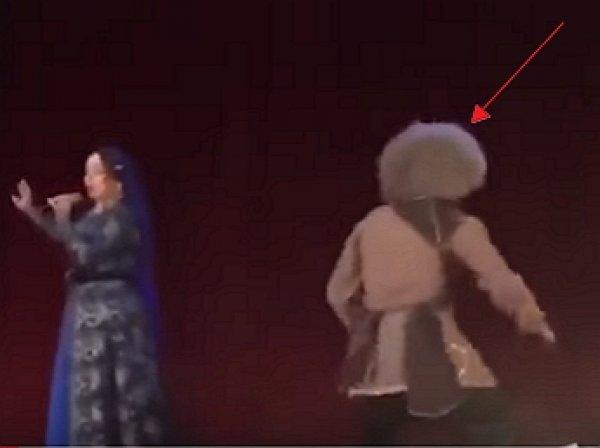 YouTube шокировало ВИДЕО, как чеченский танцор умер на сцене во время выступления