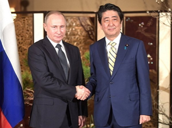 Тульский самовар и «Прибытие Путятина»: Путин и Абэ обменялись подарками