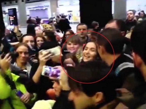 """Фанаты Наталии Орейро едва за задавили своего кумира в аэропорту """"Пулково"""""""