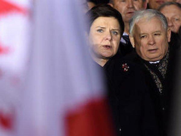В Польше Качиньский и премьер-министр покинули окруженный протестующими парламент (ВИДЕО)