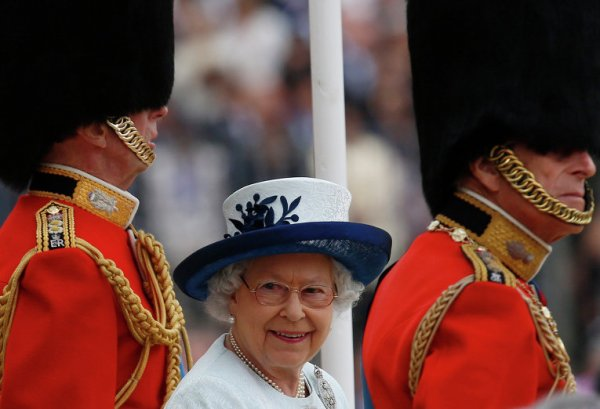 Охранник едва не застрелил королеву Елизавету II
