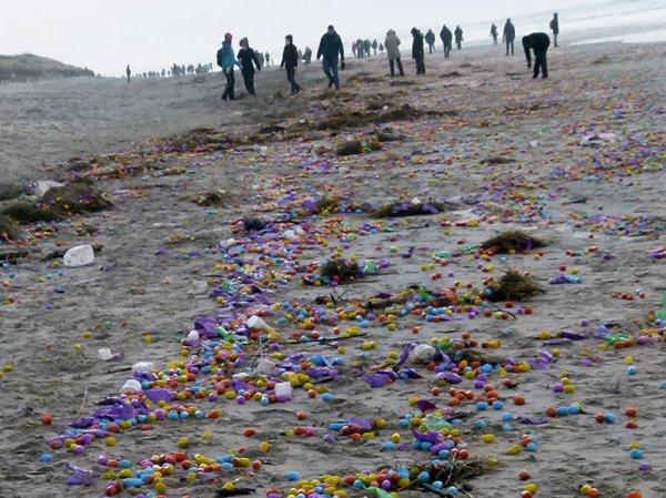 На берег немецкого острова выбросило тысячи пластиковых яиц с игрушками (ФОТО)