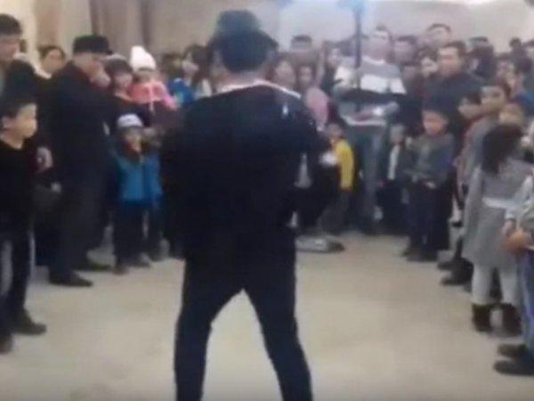 YouTube ВИДЕО не для слабонервных: танцор сломал шею на шоу двойников Джексона