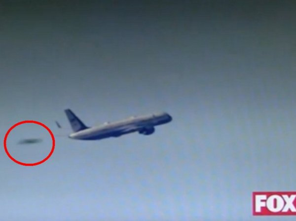 YouTube шокирован ВИДЕО: НЛО стремительно обгоняет самолет Трампа