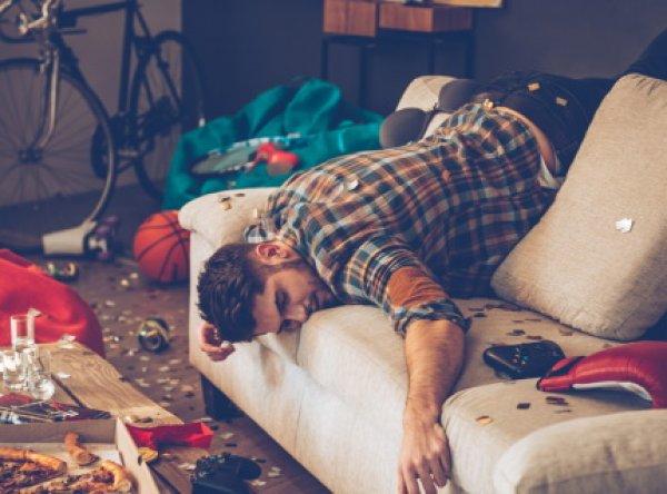 В Петербурге мужчина скончался, упав с дивана