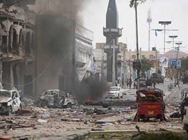 Момент мощного взрыва у отеля в Сомали попал на ВИДЕО
