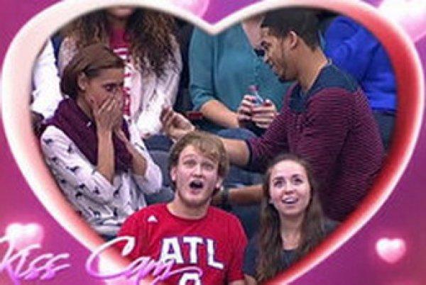 """YouTube """"рвет"""" ВИДЕО неудачного предложения руки и сердца на матче НБА"""