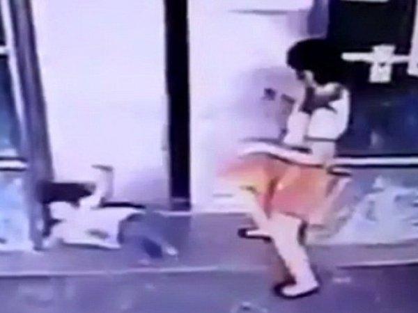 YouTube ВИДЕО: спасая 3-летнюю дочь, мать ударила ее ногой в лицо