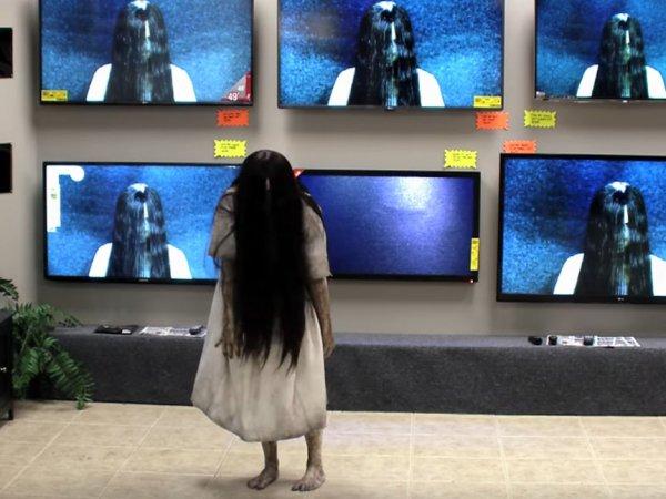"""YouTube ВИДЕО с девочкой из """"Звонка"""", вылезающей из телевизора в магазине, стало хитом в Сети"""