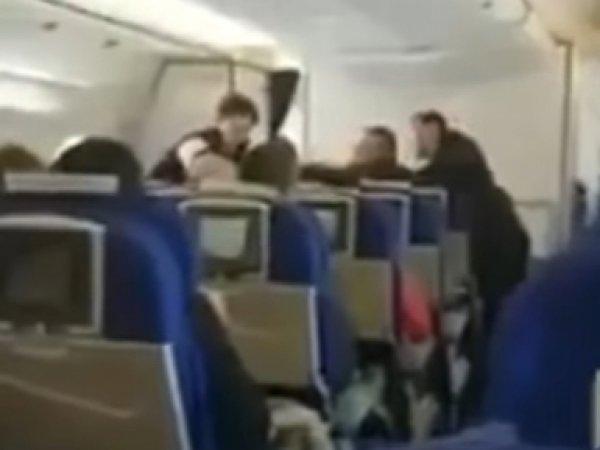 Россиянин устроил дебош в самолете из-за очереди в туалет (ВИДЕО)