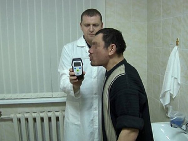 СМИ: пьяный житель Челябинска сломал алкотестер в вытрезвителе своим дыханием (ВИДЕО)