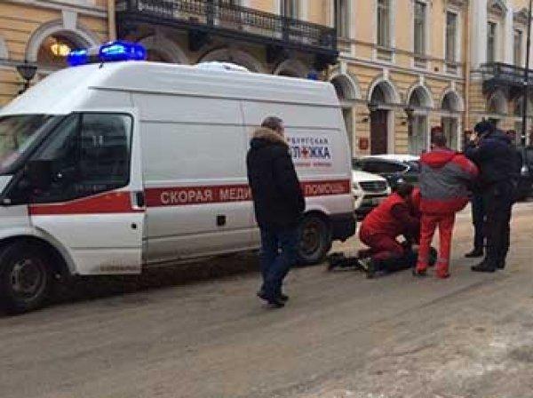 """В Петербурге водитель роскошной иномарки с ножом напал на экипаж """"скорой"""""""