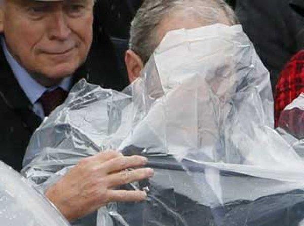Борьба Буша-младшего с дождевиком стала главной темой для шуток в Сети (ФОТО)