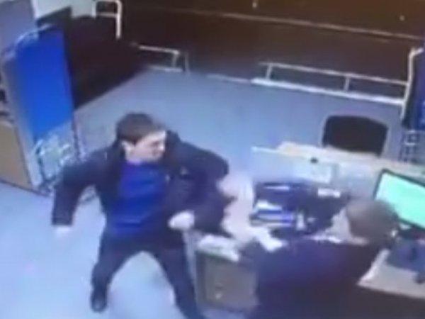 YouTube ВИДЕО: во Внуково опоздавший пассажир избил сотрудника авиакомпании