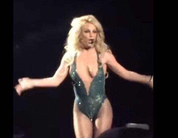 """YouTube """"взорвало"""" ВИДЕО с Бритни Спирс, обнажившей грудь на концерте"""
