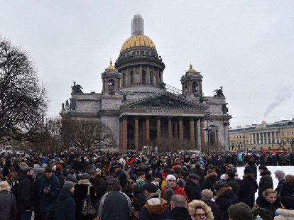 В Санкт-Петербурге активисты взяли в живое кольцо Исаакиевский собор (ФОТО)
