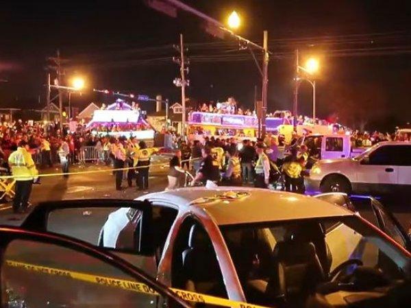 В Новом Орлеане автомобиль протаранил толпу зрителей на параде: десятки пострадавших (ВИДЕО)