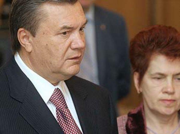 Янукович развелся после 45 лет брака и завел любовницу