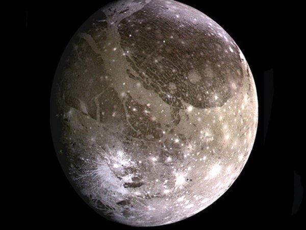 NASA показало ФОТО гигантской Луны Солнечной системы