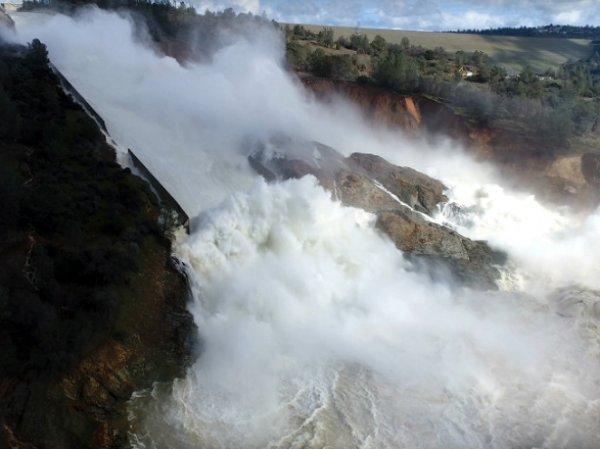 Плотина Оровилл в Калифорнии под угрозой прорыва: эвакуировн целый город (ФОТО, ВИДЕО)