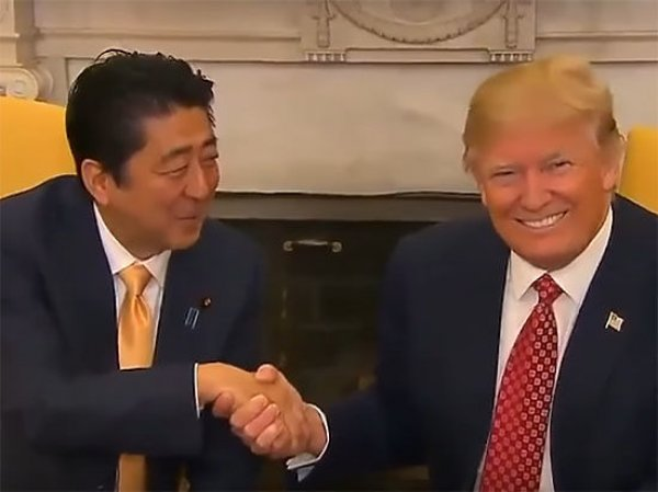 YouTube ВИДЕО рукопожатия Трампа и Абэ стало хитом в Сети