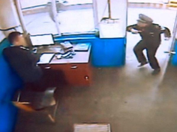 YouTube ВИДЕО: полицейский успел спастись за секунду до тарана фурой